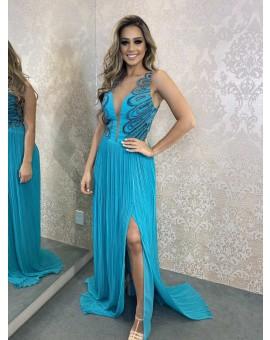 Vestido Azul Saia Plissada com Fenda Decote Tule e Aplicação de Bordado